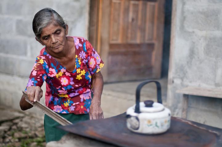 Honduran woman organizations helping children